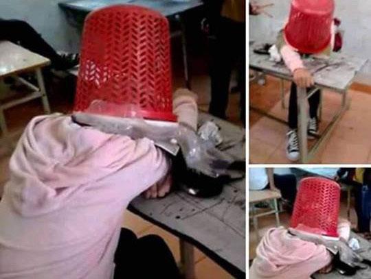 Nữ sinh cấp 2 úp sọt rác lên đầu bạn, đăng ảnh lên Facebook