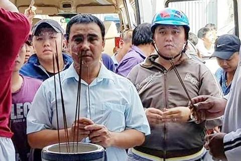 """MC Quyền Linh đến thắp hương cho hai """"hiệp sĩ"""" Sài Gòn"""