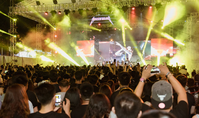 Rockshow lớn nhất 2018 cháy hết mình dù vắng Phạm Anh Khoa