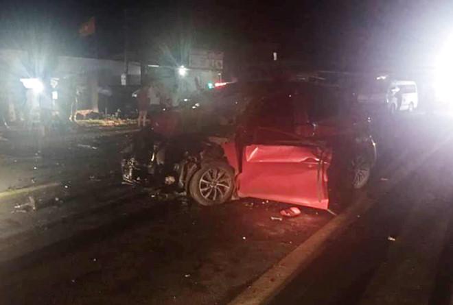 Người dân cắt cửa đưa thi thể tài xế ô tô ra ngoài sau tai nạn