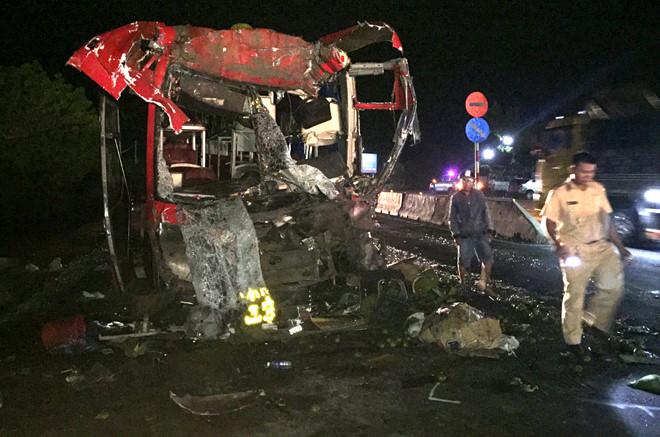 Xe giường nằm vỡ nát sau cú tông ô tô đầu kéo, 12 người bị thương