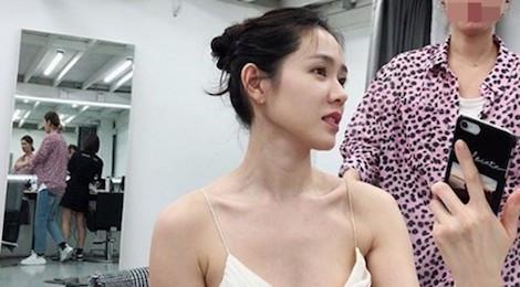 """""""Chị đẹp"""" Son Ye Jin khoe vẻ quyến rũ ở hậu trường chụp ảnh"""
