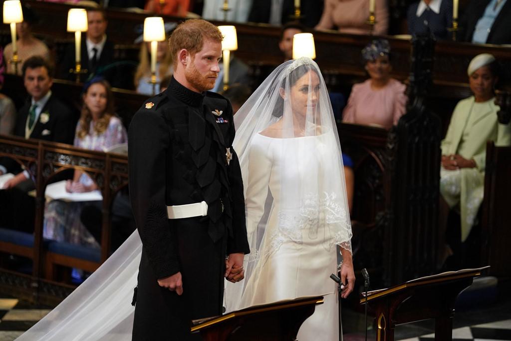 Công nương Anh Meghan diện váy cưới cổ thuyền đơn giản