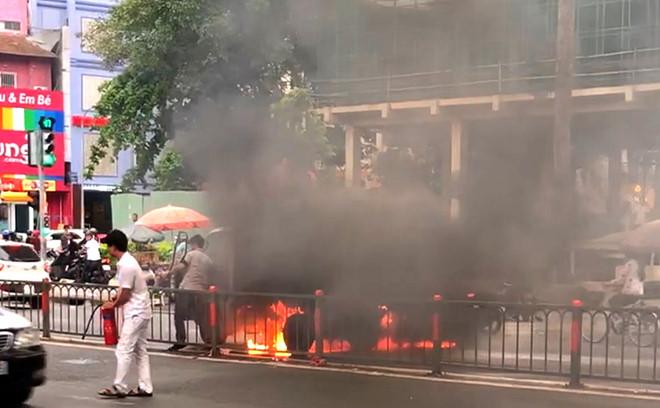 Xe tải bốc cháy ngùn ngụt ở Sài Gòn