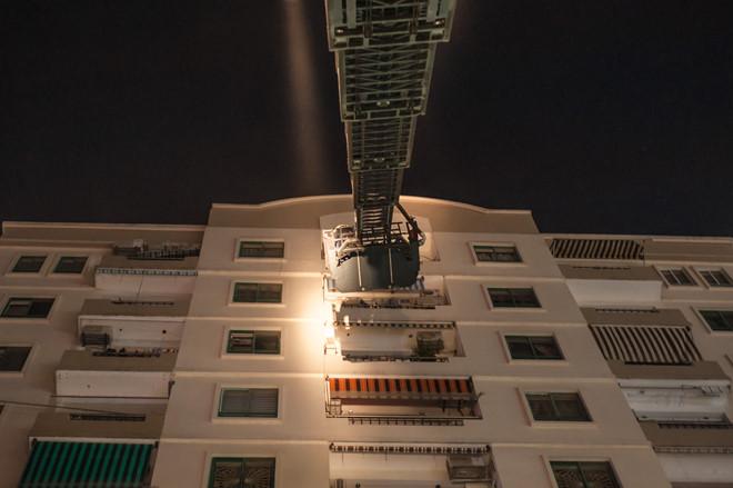 Dùng xe thang cứu người thoát khỏi khu vực cháy ở chung cư Vinaconex