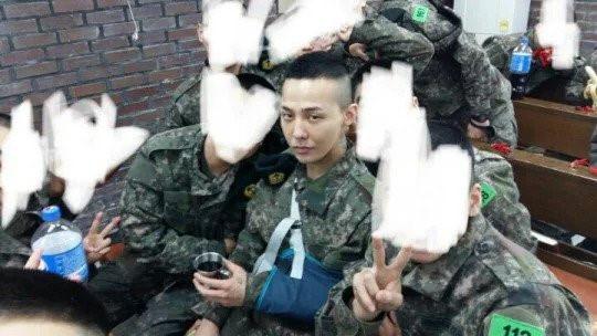 G-Dragon và Daesung (Big Bang) đồng loạt bị chấn thương khi nhập ngũ