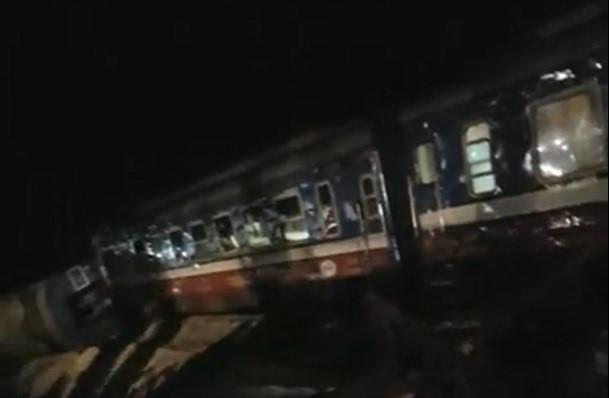 Tàu chở 400 khách lật trong đêm, 2 người chết