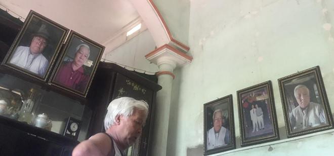 Ông bố 70 tuổi xì-tin phóng to, đóng khung ảnh tự sướng treo khắp nhà