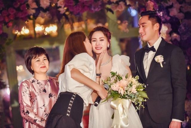 Chung Hân Đồng khóc khi trở thành cô dâu