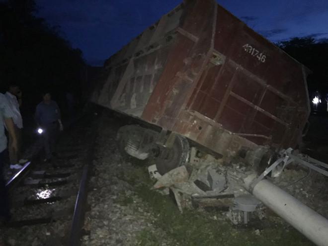 Lại xảy ra tai nạn đường sắt, tàu hàng trật bánh lật nghiêng