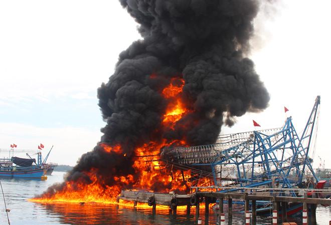 Tàu câu mực trị giá hơn 10 tỷ cháy rụi khi chuẩn bị ra khơi