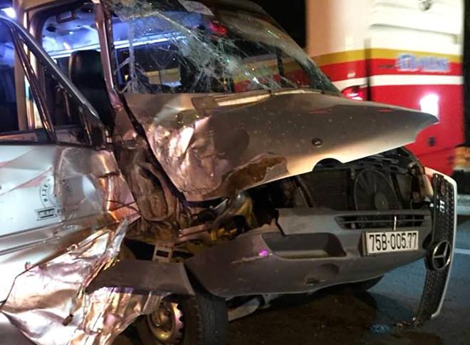 Xe khách húc ô tô tải khiến 4 người bị thương, hầm Hải Vân kẹt cứng