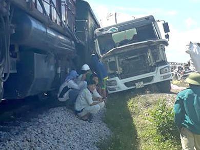 Tàu hỏa tông văng xe bồn băng qua đường sắt