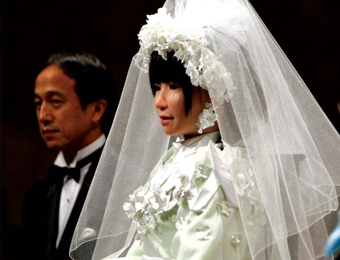 Dự đoán con người sẽ kết hôn với người máy vào năm 2045
