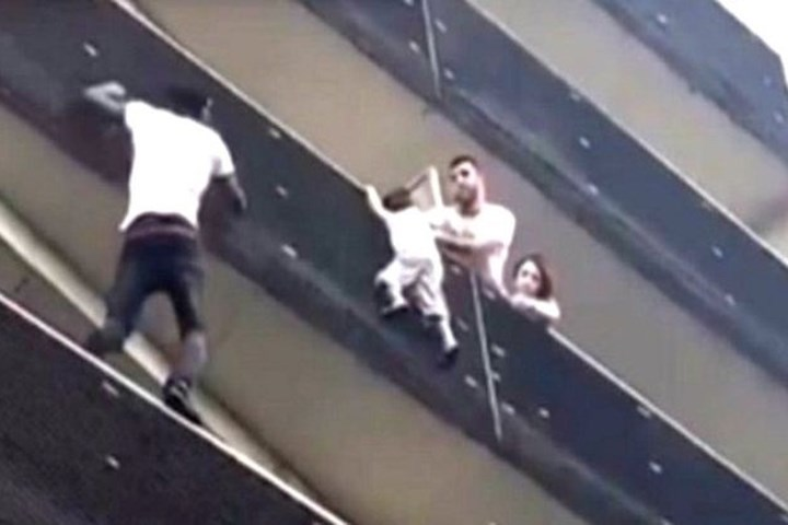 """""""Người nhện"""" 9X tay không leo 4 tầng nhà giải cứu bé trai bị mắc kẹt"""