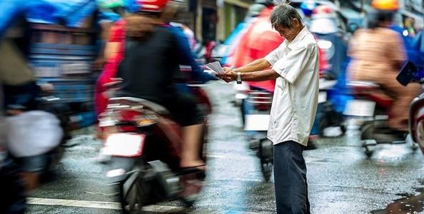 Hình ảnh nghẹn lòng giữa chiều mưa Sài Gòn