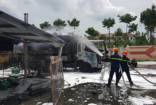 Xe bồn chở xăng bốc cháy dữ dội cạnh cây xăng