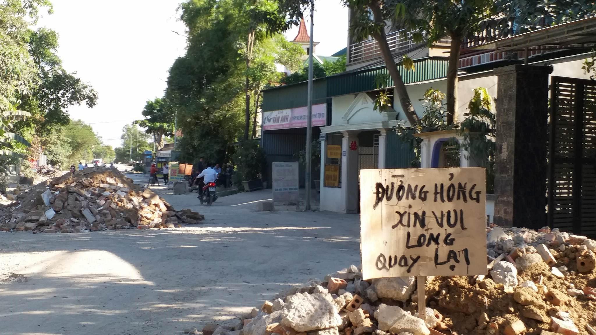 Người dân bức xúc đổ đất đá chặn cửa ngõ thành phố vì đường xấu