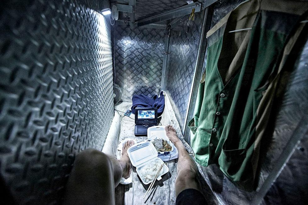 """Ám ảnh cuộc sống trong những """"căn nhà quan tài"""" giữa Hong Kong hoa lệ"""