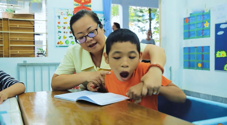 Cô giáo hát nhạc Trịnh giành 50 triệu đồng cho học trò bị bại não