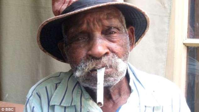 Sống tới 114 tuổi, cụ ông Nam Phi mới tính chuyện bỏ thuốc