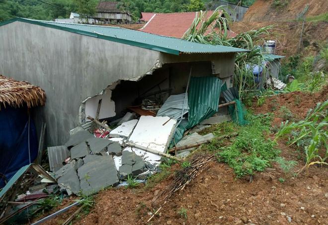 Sập nhà trong mưa lớn, bé gái 3 tuổi tử vong