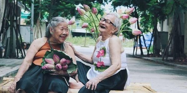 Bộ ảnh 2 cụ bà bên đóa hoa sen kỷ niệm tình bạn tri kỷ