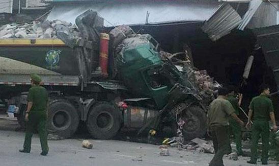 Xe tải tông sập nhà dân, nhiều người thoát nạn