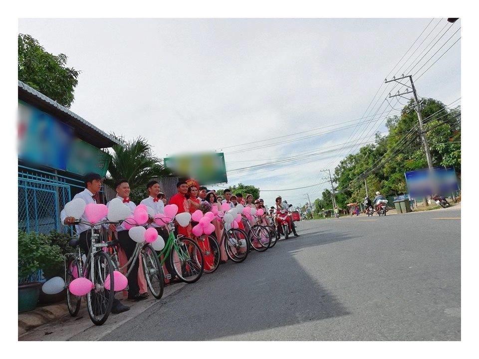 """Cặp đôi đón dâu """"siêu chất"""" với dàn xe đạp gắn bong bóng hồng"""