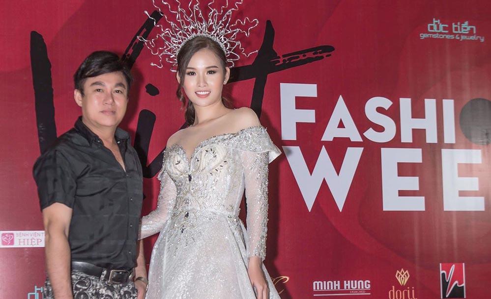 """""""Phù thủy"""" Tommy Nguyễn bị """"bao vây"""" trong ngày cuối Viet Fashion Week"""