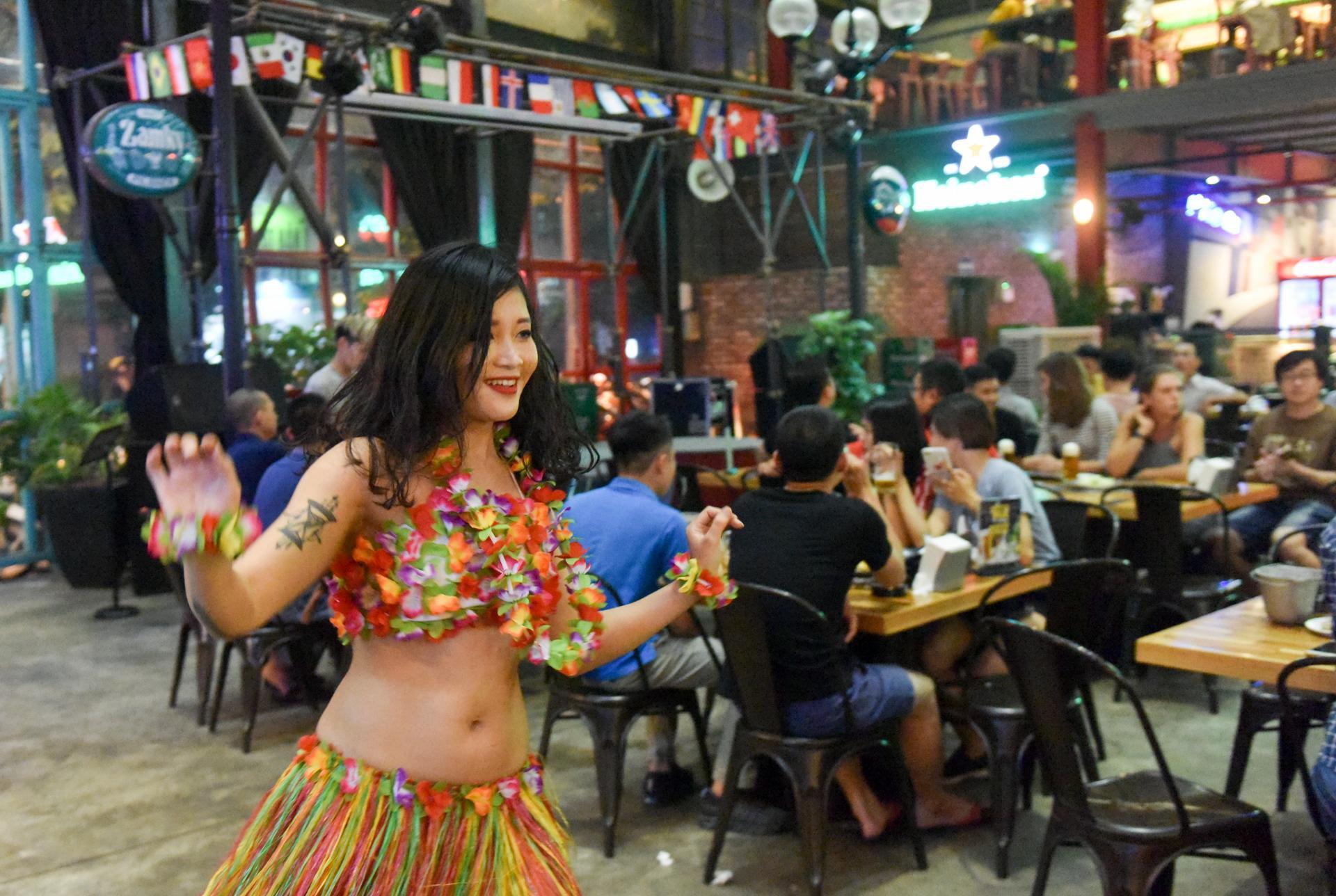 Quán nhậu, vỉa hè đông người hâm mộ xem trận khai mạc World Cup