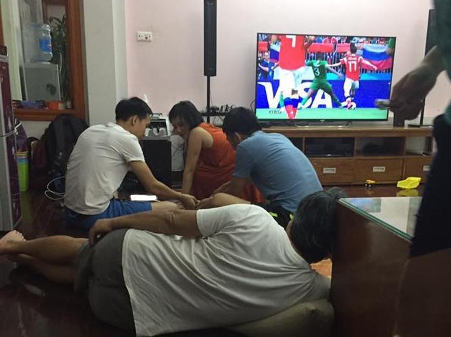 """Những ông bố """"bá đạo"""" mùa World Cup: Càng xem bóng đá càng ngủ ngon"""