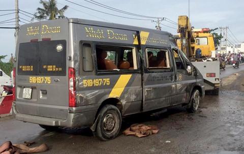 Gần chục người kêu cứu trong ô tô khách bị lật ở Sài Gòn