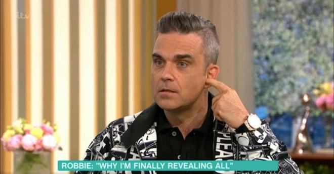 """Robbie Williams giải thích hành động giơ """"ngón tay thối"""" ở World Cup"""