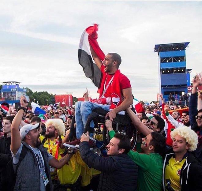 CĐV Mexico, Colombia nâng chàng Ai Cập khuyết tật xem đội nhà thi đấu