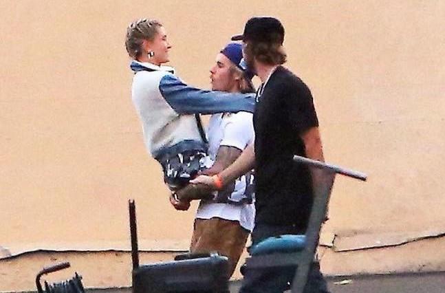Justin Bieber bế bạn gái mới đi lại giữa trường quay MV