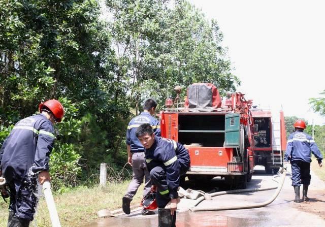 Hơn 200 người nỗ lực cứu rừng thông cháy giữa trưa nóng 38 độ C