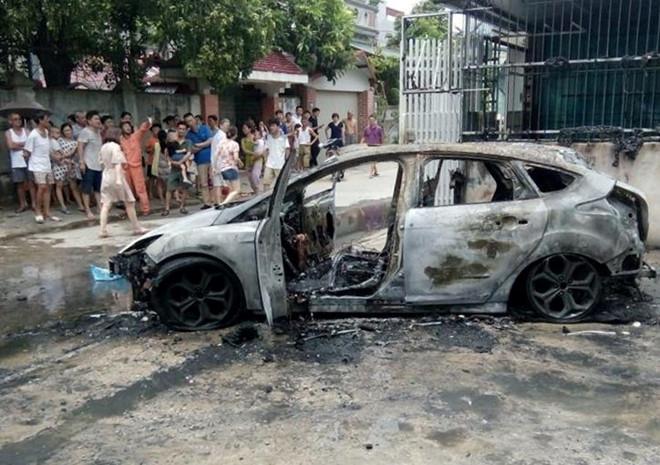 Ô tô 4 chỗ Ford Focus bốc cháy dữ dội khi đang đỗ