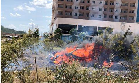 Mercedes cháy trơ khung sau khi đâm phải đèn đường