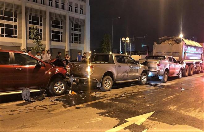 3 xe bán tải húc nát đuôi nhau khi dừng đèn đỏ