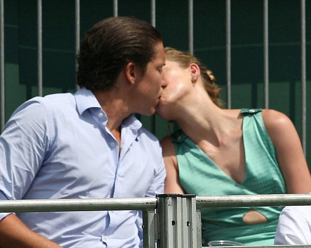 Amber Heard hôn đắm đuối tình mới sau khi chia tay tỷ phú Elon Musk