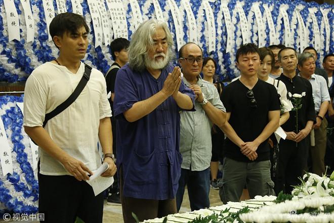 """Nghệ sĩ Trung Quốc và người thân viếng cao thủ """"Thiên long bát bộ"""""""