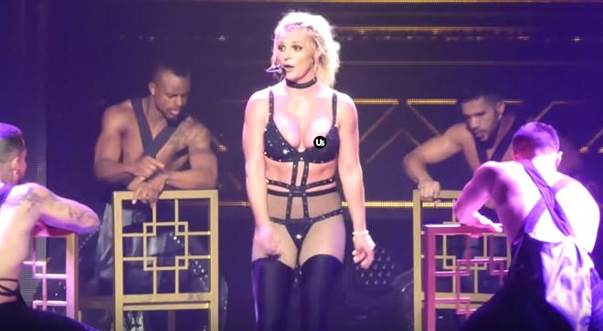 Britney Spears gặp sự cố trang phục trên sân khấu