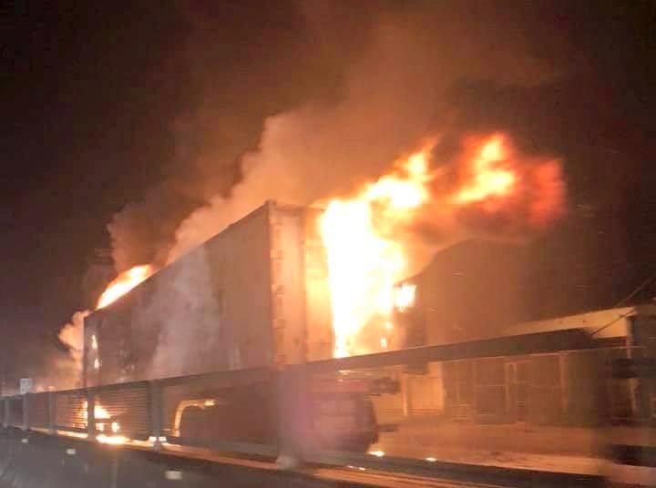 Xe container bốc cháy khi đang lưu thông
