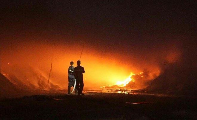 Xưởng gỗ rộng 800 m2 phát cháy dữ dội