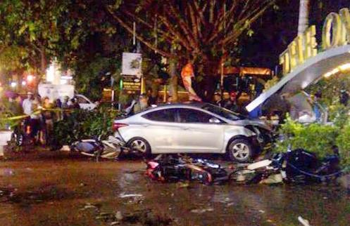 Ô tô lao vào quán cà phê tông chết 2 nữ sinh