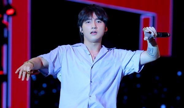 """Sơn Tùng lần đầu biểu diễn """"Chạy ngay đi"""" remix ở phố đi bộ Hà Nội"""
