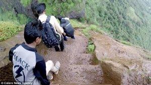 Lối đi dựng đứng trên vách núi