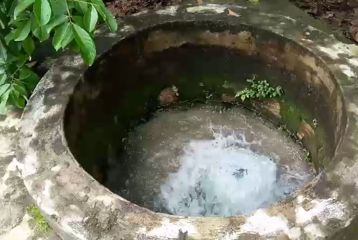 """Kỳ lạ """"giếng"""" phun trào nước quanh năm"""
