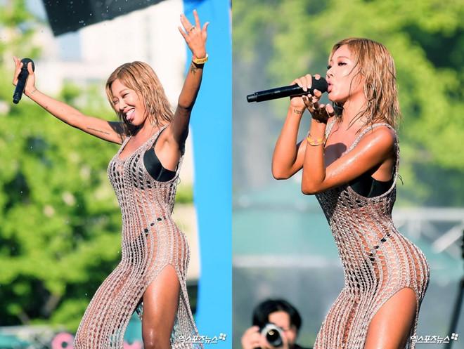 Nữ rapper Hàn mặc đầm lộ rõ nội y trong khi biểu diễn